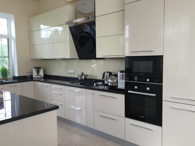 Дизайн кухни 9 м2, белая кухонная мебель